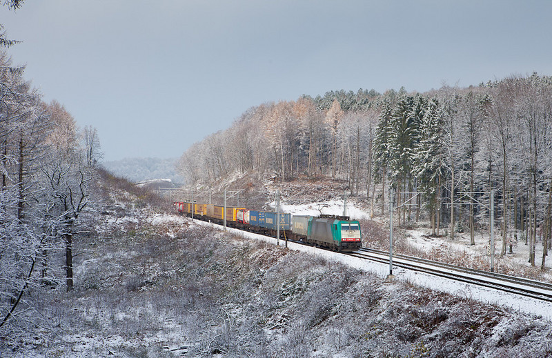 2807 is leading the 43734 (Novara/I - Angola) through the forest at the Rue d'Aix in Moresnet.