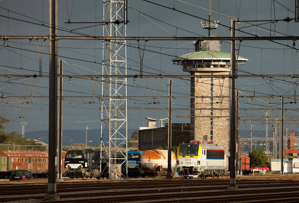 SNCB 1812 and two Trainsport/Rurtalbahn G2000s in Montzen underneath tower 15.