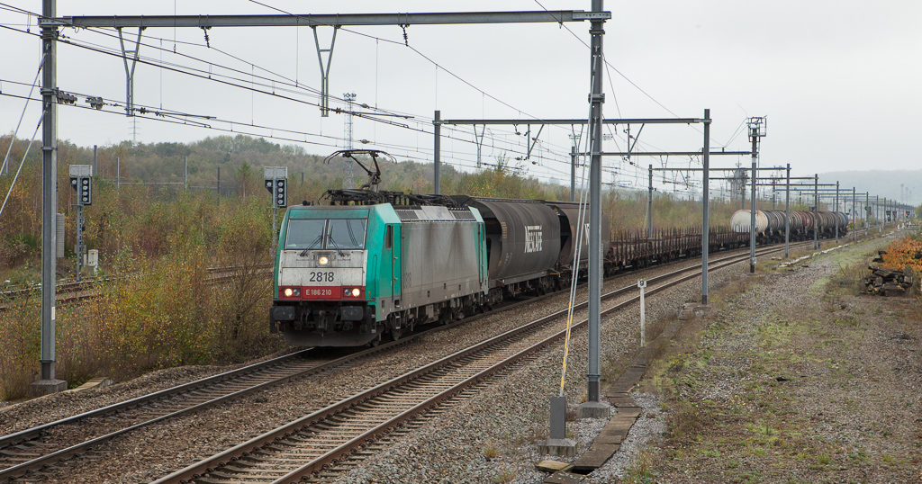 2818 has just crossed over to 'B' track with the 44541 (Antwerpen-Noord - Gremberg/D) in Montzen opposite from B.16.