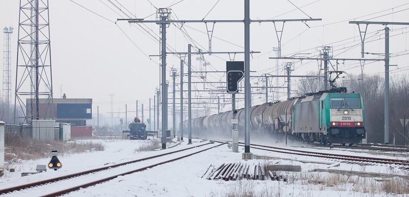 2810 leads the 47061 (Antwerpen Petrol - Basel SBB/CH) past Block 16 in Montzen.