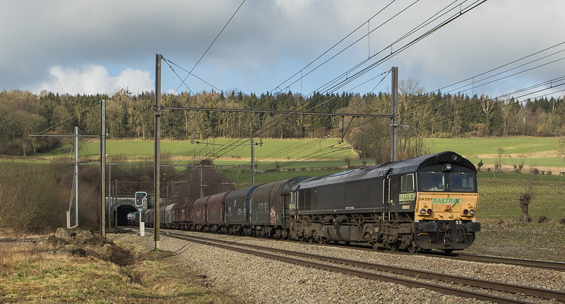 Railtraxx 1266 118 brings the 42565 (Antwerpen-Noord - Passau/D) through Hindel.