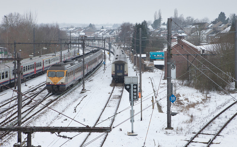 AM80 431 nears its terminus at Welkenraedt. The track on the right is the L39 to Montzen.