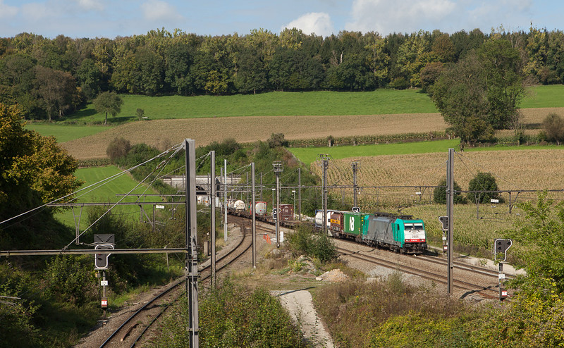 2805 on the 40291 (Antwerpen Combinant - Gallarate/I) splits the old and new signals in Hindel in this September 2014 view.