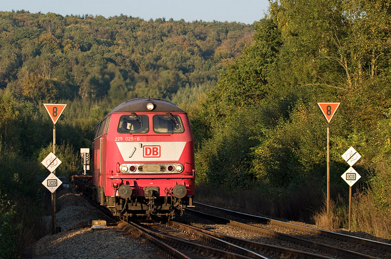 225 025 crosses from the German onto the Belgian network in the last evening light in Botzelaar.