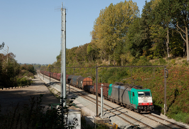 2822 passes the GSM-R base station at the Gulp Tunnel with steel train 44567 (Genk-Goederen - Gremberg/D).