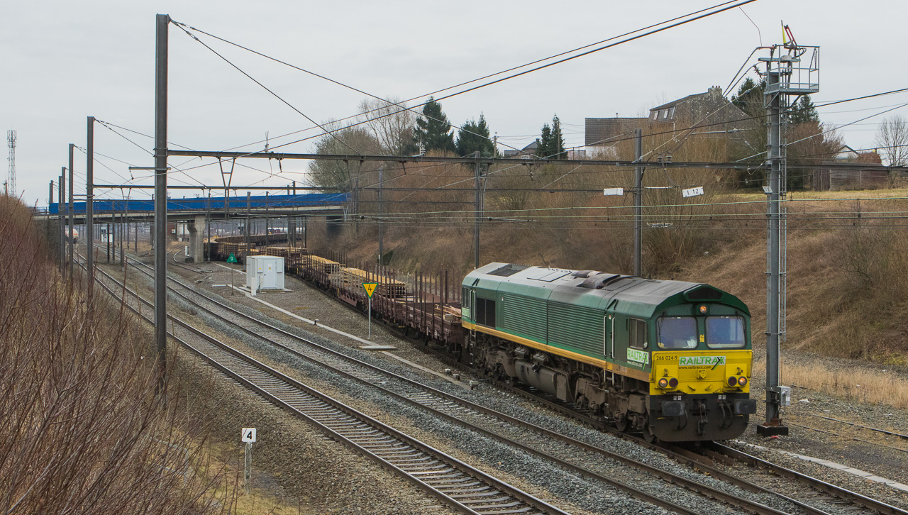 Railtraxx 266 024 with a load of rails leaves the yard in Montzen in Hindel.