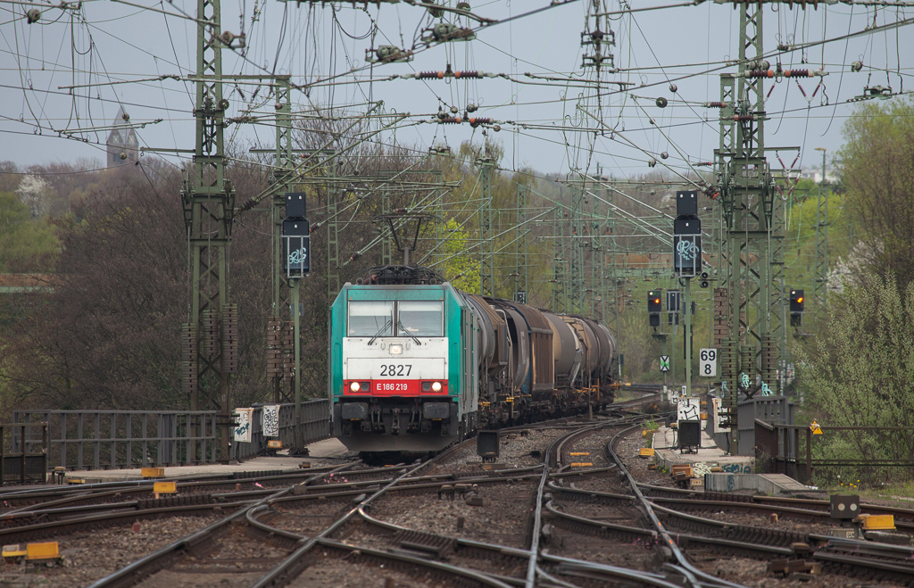 2827 has a very short 44538 (Gremberg - Antwerpen-Noord/B) in tow as it approaches Aachen Hbf.