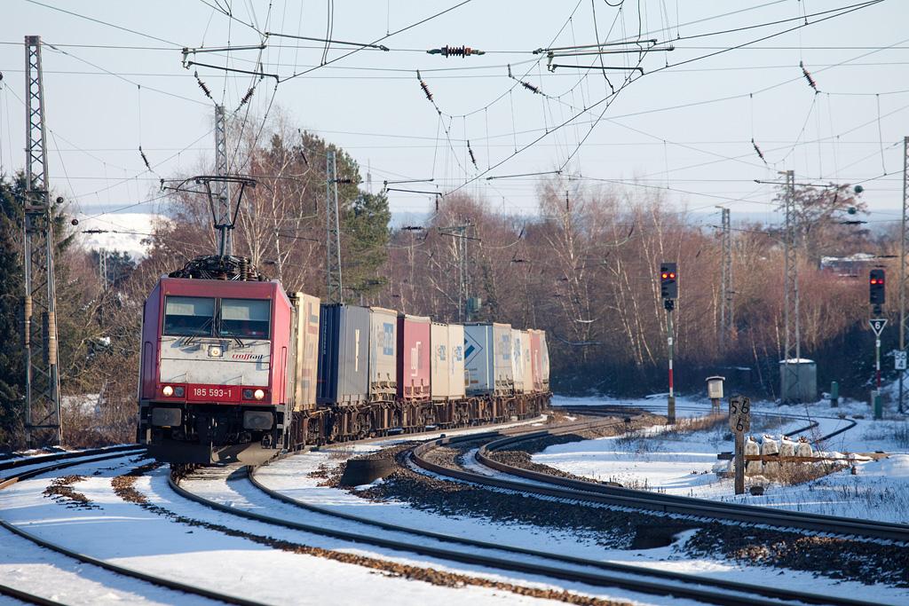 Crossrail 185 593 leads the Ewals train 40162 (Novara/I - Genk-Zeehaven/B) through the large S-curve east of Eschweiler Hbf.