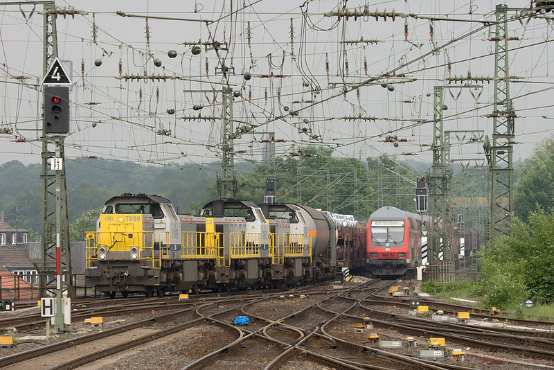 Another shot from Aachen Hbf, showing what can happen on a busy main line. Almost eclipsed by the commuter train, 7869 + 7853 + 7867 bring the FE 44538 (Gremberg - Antwerp/B) westbound through Aachen Hbf. The run-through freights to and from Gremberg were the only scheduled occurrences of tripleheaders in the area and ended when the class 28 Traxxes took over in early 2009.