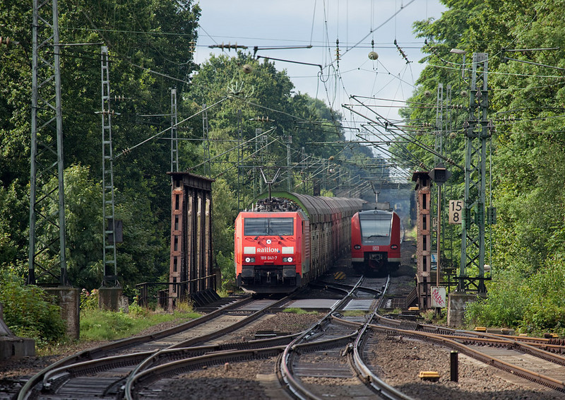 189 041 with Car-Rail Logistics train approaches Herzogenrath northbound. There's a light Siemens Eurorunner following on its block in the distance.