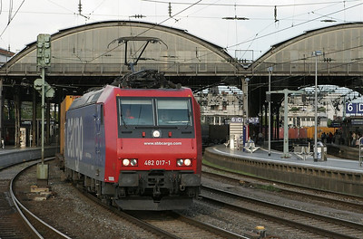 SBB Cargo runs a number of intermodal trains into Aachen every day. B-Cargo forwards them into Belgium with their own power from Aachen West onwards. This shot from the west end of Aachen Hbf illustrates how the two freight mains run through the train shed, making train watching from the platforms quite convenient.