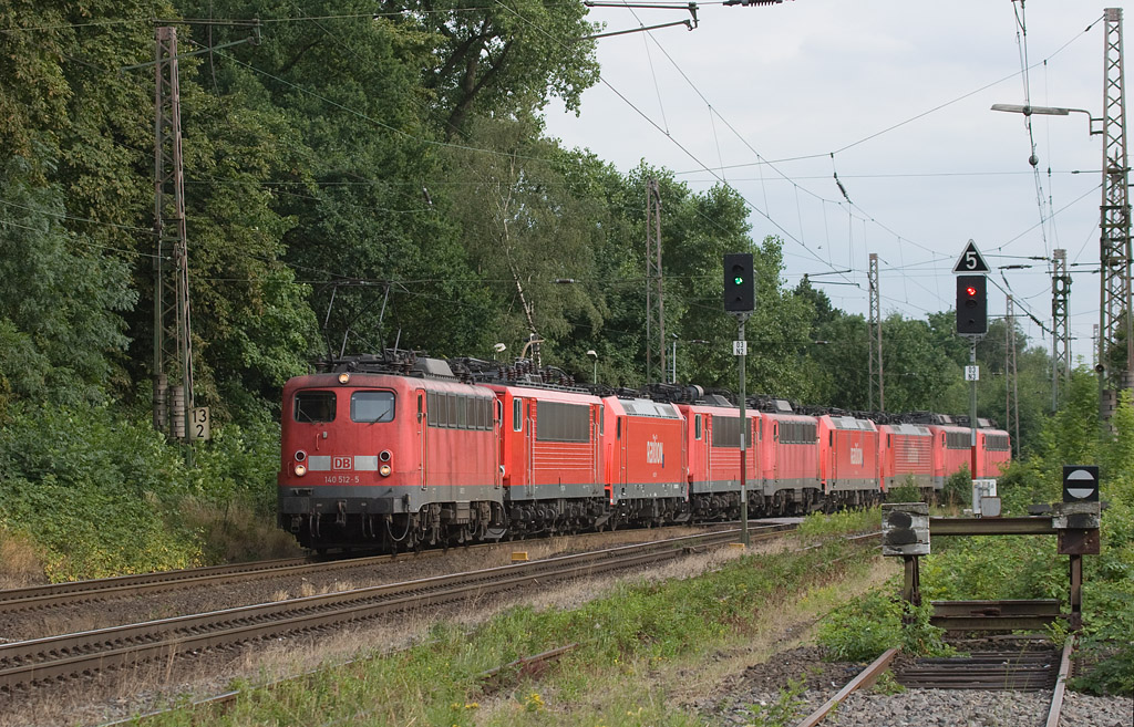 140 512 has the honor with this power equalizing move through Lintorf northbound. Even though theoretically all engines are painted the same body color, this photo shows just how badly the paint fades, given enough exposure to UV radiation.