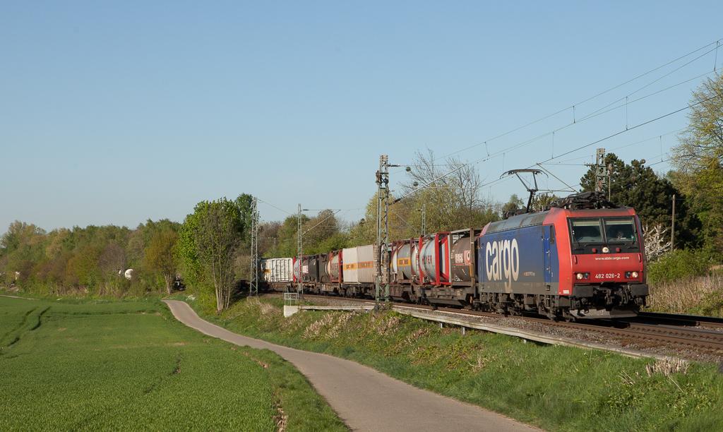 SBB Cargo 482 026 pulls the diverted 40290 (Gallarate/I - Antwerp-Combinant/B) through Übach-Palenberg. The regular route via the KBS480 was blocked due to bridge construction work in Düren.