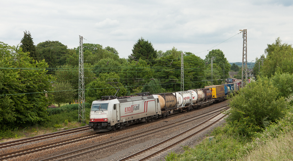 """Crossrail 185 578 """"Christine"""" has the 40170 (Segrate/I - Zeebrugge-Voorhaven West/B) in tow as it leans into the curve at Eschweiler."""