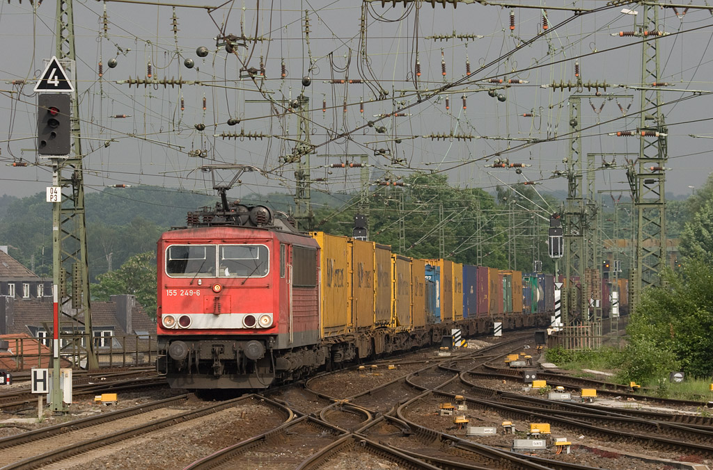 A good portion of the traffic from and to Belgium is intermodal. Into 2009 the ex-East German class 155 Co-Co electrics bore a good portion of it. Here 155 249 leads the TEC 40086 (Oleggio/I - Zeebrugge/B) through Aachen Hbf.
