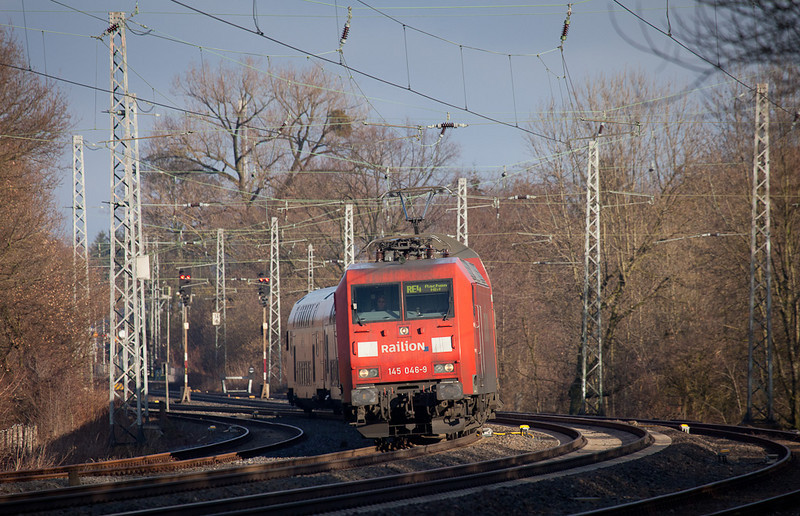 Railion145 046 (leased to DB Regio) has an RE4 Dortmund - Aachen Hbf in tow as it leans into the curve south of Kohlscheid.