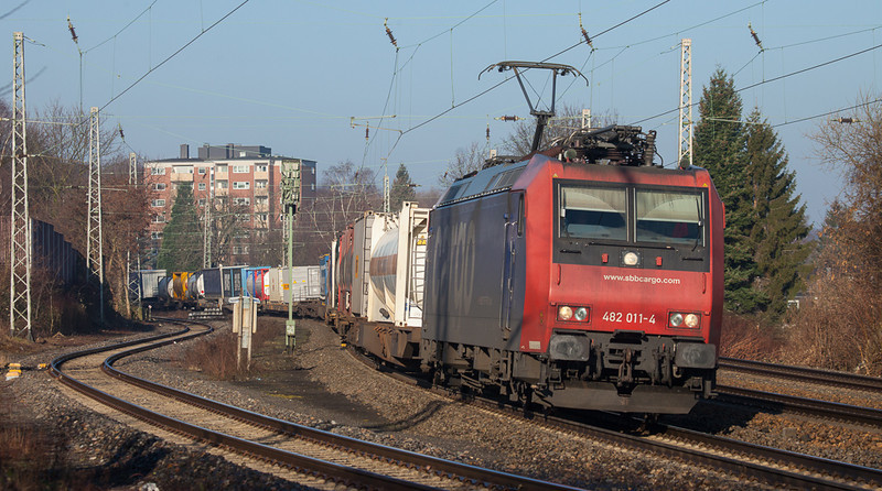 SBB Cargo 482 011 has the 40247 (Oorderen/B - Gallarate/I) in tow through Eschweiler.