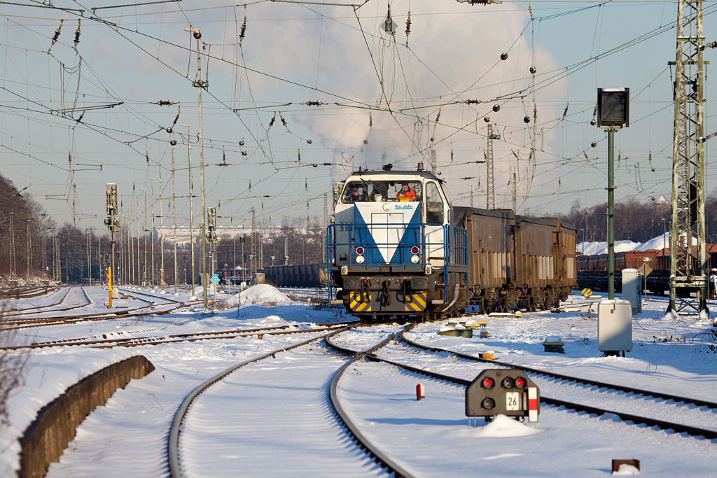 Rurtalbahn V107 departs Stolberg Hbf with a cut of cars bound for the lead smelter in Stolberg proper. There are 2-3 weekly trains shuttling imported lead ore between Antwerp/B and here. In Belgium the train is run by Trainsport, a Rurtalbahn subsidiary, and looks like this. The V107 is a rebuilt class 212 ex-DB diesel-hydraulic.