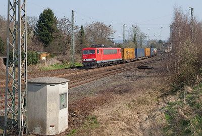 155 259 westbound with the 40158 (Milano/I - Bierset/B) in Eschweiler. As DB Schenker culls their fleet of older units rendered surplus by the slacking economy, these venerable Co' Co' survivors from ex-East Germany are acutely endangered. Rumor has it they as well as the 50+ year old class 140s are to be sidelined soonish. So getting a good shot of a rather clean unit is all the more satisfactory.
