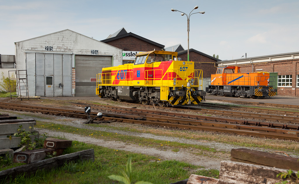 There's always something interesting parked outdoors at Vossloh Locomotives' repair facility in Moers. This time around it's Eisenbahn+Haefen G1206 #607 displaying what is arguably one of the nicest paint schemes worn by these engines. Northrail 276 014 (an older G1204) has been sitting there waiting for repairs to be carried out for several months in this April 14th, 2011 shot.