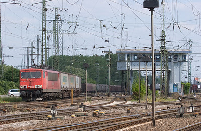 Gremberg yard in Köln is the major freight hub in the area. A large number of freight trains are serviced here daily, and a good number also start and terminate here. In addition, the north-south main line skirting the yard hosts a good variety of trains not making setouts/pickups. The north yard throat is the busier end and has nice sight lines, including Gnf tower in this view.  Here's 155 181 with the Ambrogio train TEC 40084 (Gallarate/I - Muizen/B) bypassing the yard on its way to Aachen and on into Belgium.