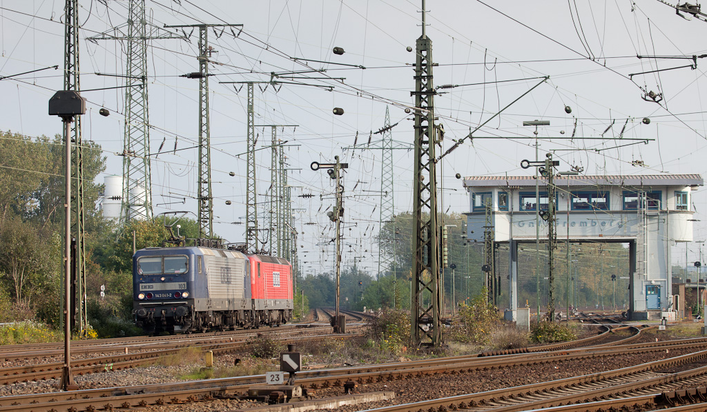 Ex-East German electrics RBH 103 (143 041) and RBH 109 (143 936) pass Gnf tower in Gremberg-Nord. Unusual Gnf is one of several active towers in the area. It operates a good number of semaphores controlling the yard exit and intersection of three freight main lines in the area.