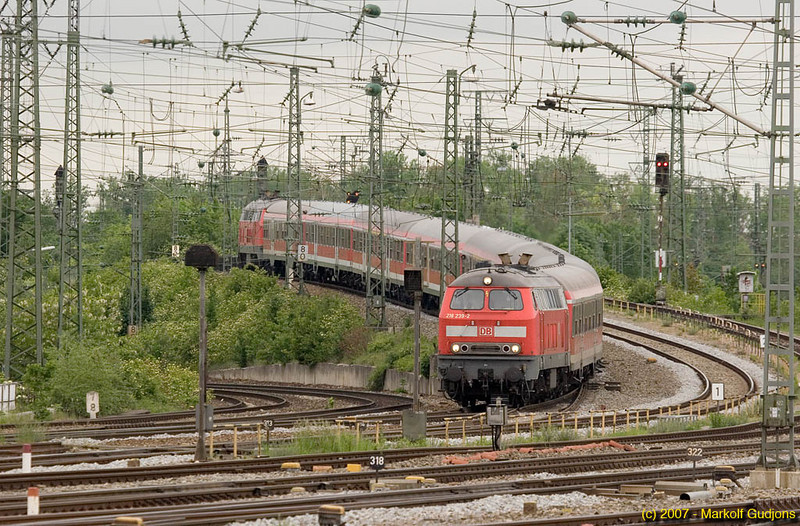 A number of non-electrified lines remain around Munich. This train is sandwiched between two class 218 diesel-hydraulics as it approaches Pasing inbound.
