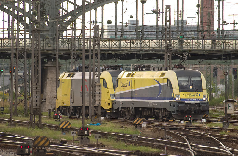 Cargoserv Taurus ES 64 U2-080 and another Taurus leased to TX Logistik wait in the maze of tracks and wires that is the throat of München Hbf.
