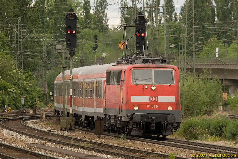 Fans and resistors do their best to dissipate energy as this class 111 exerts maximum braking effort to slow her train for a stop at München Ost.