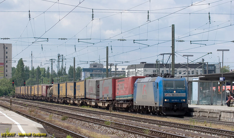 Giving testament to the plethora of private carriers running on open-access inrastructure, this TX Logistik engine powers an Austrian-bound intermodal through München Ost.