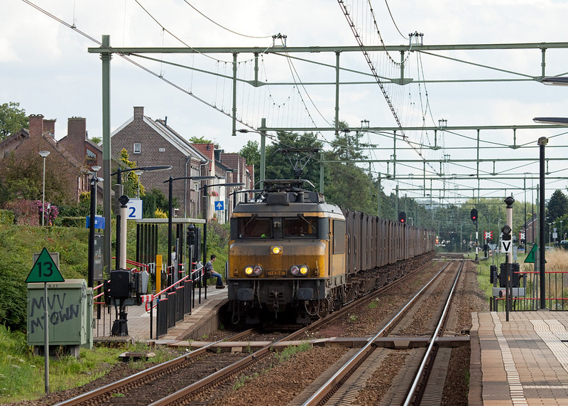 """ACTS 1606 """"Harderwijk"""" with the trash train 50094 passes through Bunde station."""