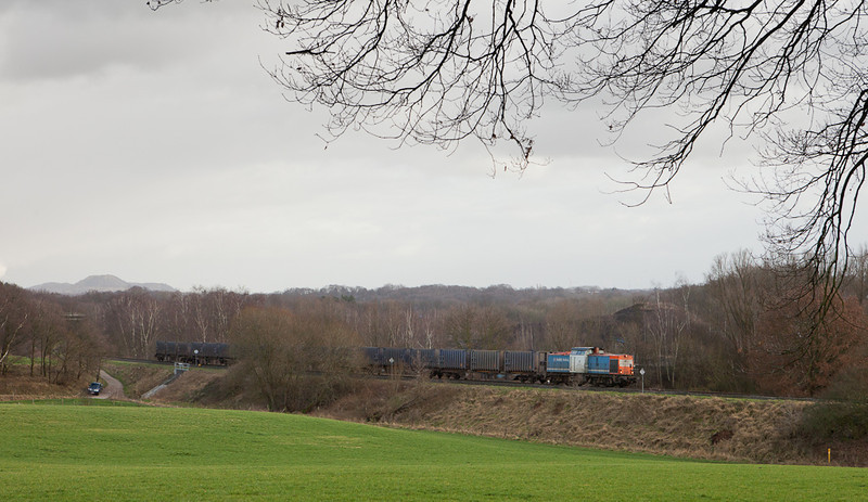 NBE Rail 203 163 operating for Husa leads the loaded trash train 50094 (Haanrade - Wijster) between Eygelshoven and Landgraaf.
