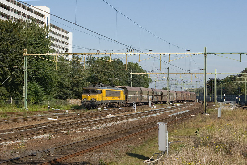 Railion Nederland 1616 with the DGS 49665 (empty limestone Beverwijk - Hermalle/B) enters the yard in Sittard. The trains change power here to diesel for the run into Belgium as the electrics can only operate under the Dutch 1500V DC catenary.