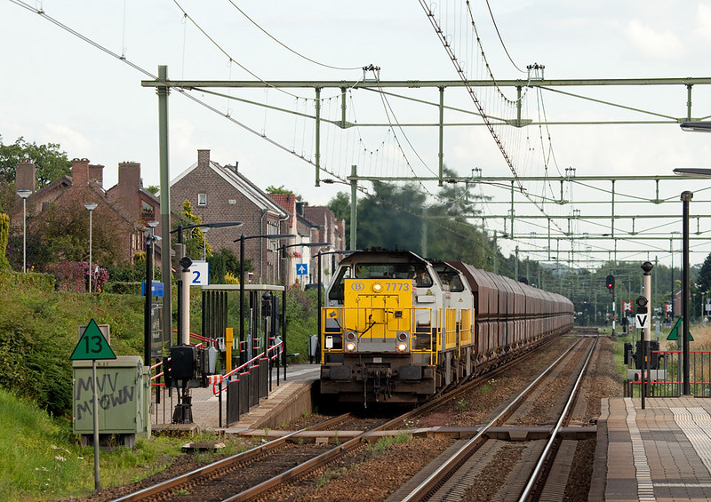 B-Cargo 7773 + 7774 are one hour down on the advertised as they power 30 cars of limestone forming train 48555 (Yves-Gomezee/B - Millingen/D) through Bunde.