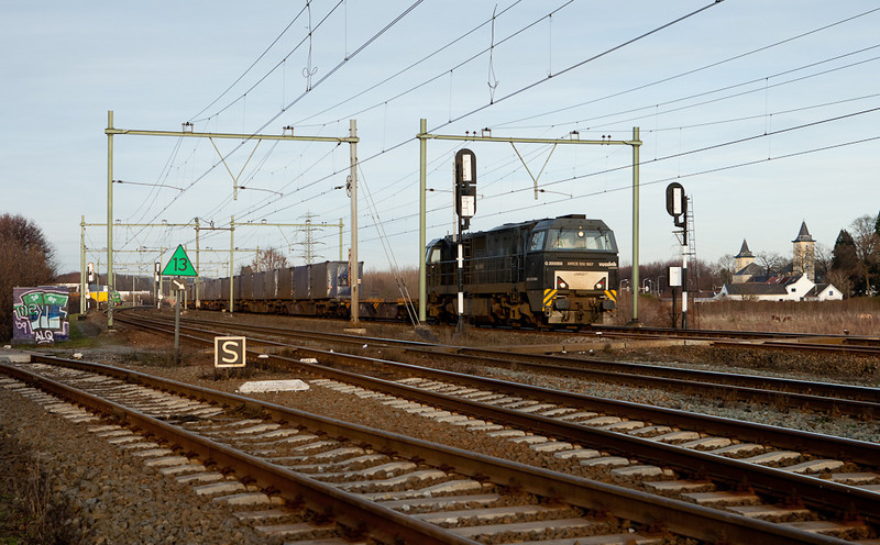 ACTS G2000 MRCE 500 1607 leads the trash train 50094 (Haanrade-Wijlster) into Maastricht.