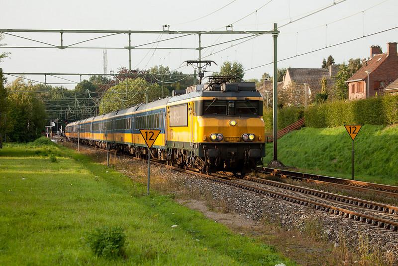 1758 leads a peak-hour IC towards Maastricht through Bunde.