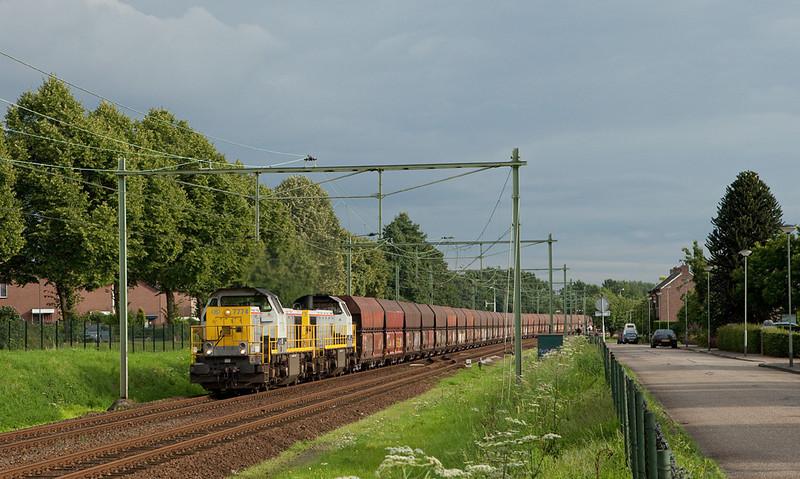B-Cargo 7774 + 7773 haul the good-sized loaded limestone train 48555 (Yves-Gomezee/B - Millingen/D) through Bunde.