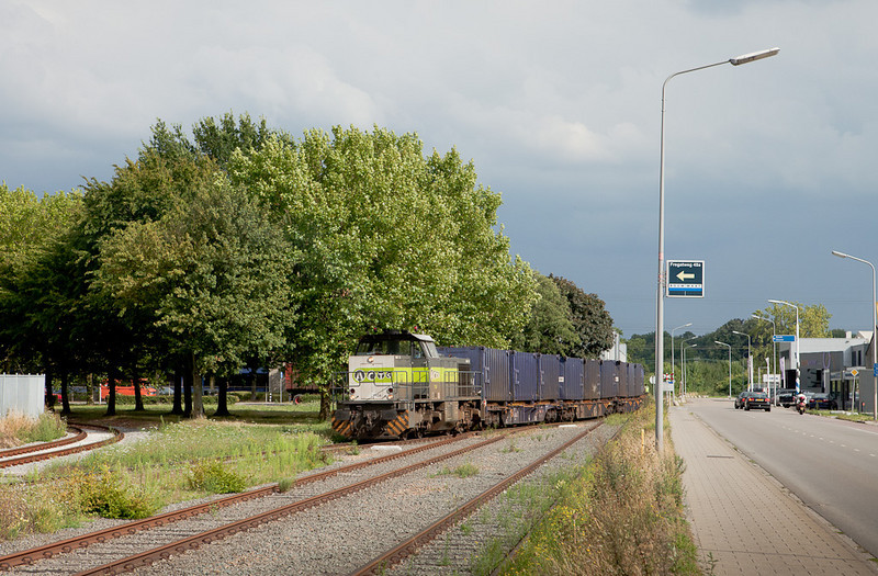 Remote-control ACTS 7104 shoves the 50101 (Mt - Mttrix) out of Beatrixhaven towards Maastricht.