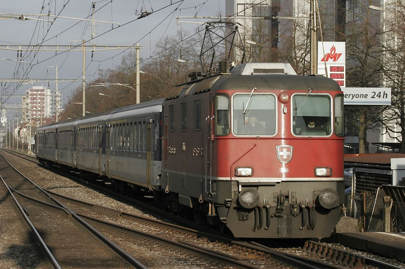An Re 4/4 II prepares to stop at the Bümplitz Süd station south of Bern.