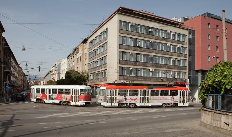 Tatra T4YU 465 and B4YU 814 on line 8 turn from Janka Draskovica into Kneza Branimira.
