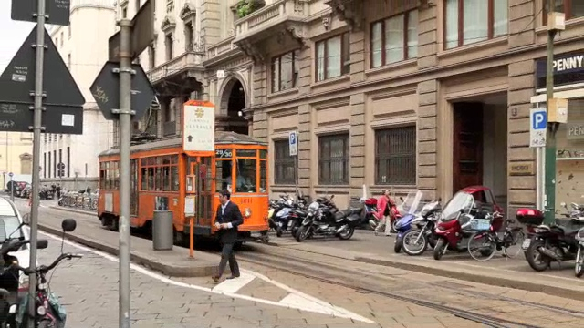Milano - a Peter Witt departs a turnback station stop and threads into the traffic along Via Orefici. You will see one of every kind of Milano's trolleys except the newest Ansaldo Breda ones in this clip.