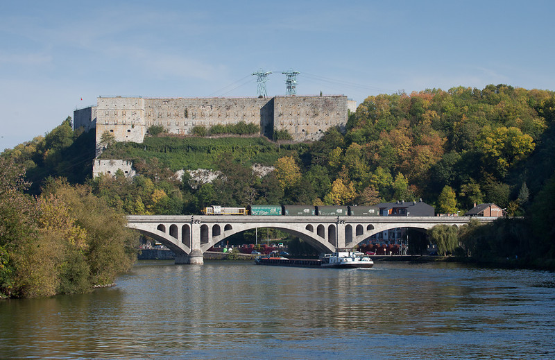7844 leads the 74823 (Marchin - Statte) across the Pont de Fer below the Huy citadel.