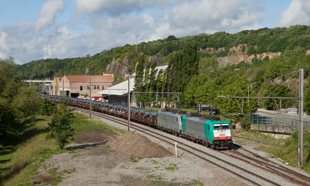 2902 leads an Akiem Traxx on the 47861 (Dunquerque Grande-Synthe/F - Kinkempois) past the Usine de Flone in Hermalle s/Huy.