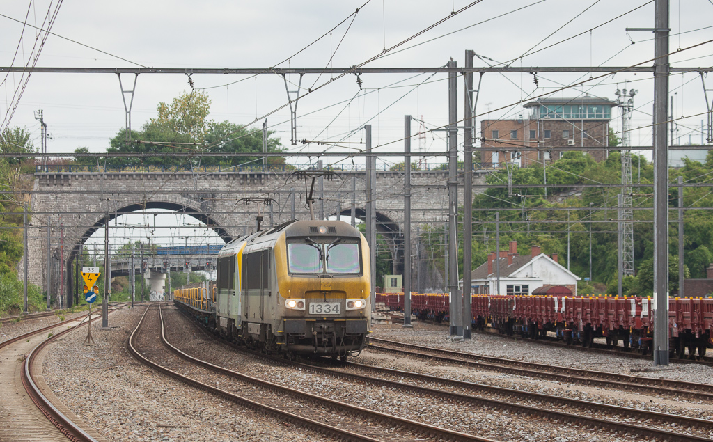1334 + 1343 on the southbound slabs 33740 (Genk-Zuid - Chatelet-Formation) in Vise-Bas.