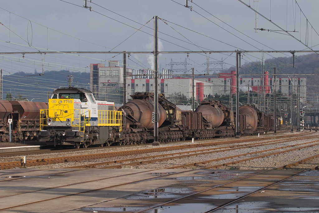 7755 leads an empty hotmetal train through Bressoux enroute to the furnace in Ougree. That's the Jupiler brewery in the background. If you look real closely you will see there is a second, loaded, hotmetal train behind it, awaiting its entry to the single main track towards Chertal that the empty train just cleared.