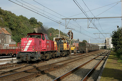 An interesting international assignment for Railion Netherlands' class 6400 MaK road switchers are the limestone trains between the Dutch steel mills at Beverwijk and Veendam and the Belgian quarry operation at Hermalle s/Huy. The quarry is owned by Dumont-Wautier. Here the Beverwijk train 49665's power has cut off their train at Hermalle and prepares to run back to Sittard/NL light engine.