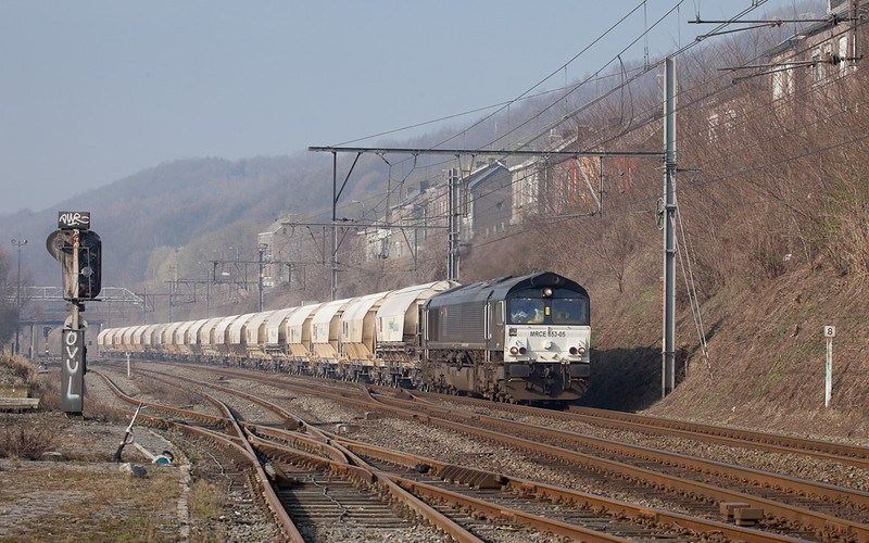 Railtraxx MRCE 653-05 heads north through Engis with the loaded limestone train 48640 (Hermalle s/Huy - Veendam/NL).