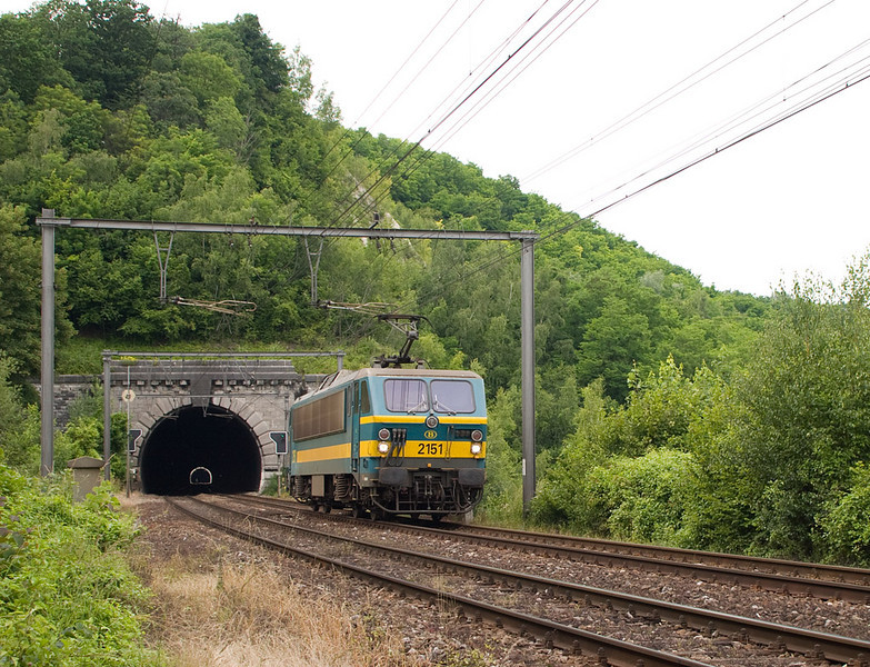"""2151 running light engine has just exited the Geer Tunnel on its way to Vise. The tunnel actually has a """"hole"""" in the middle where part of the roof collapsed, apparently due to quarrying operations on the hill. A similar situation exists east of Aachen in Germany, at the Nirmer Tunnel between Eilendorf and Eschweiler; less than 80 km from here. See this picture for comparison."""