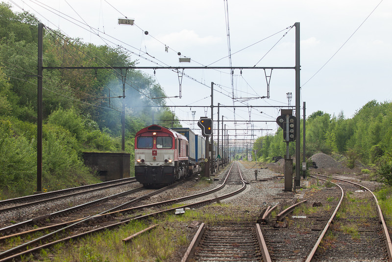 Crossrail DE 6301 accelerates the 40165 (Zeebrugge-Ramskapelle - Segrate/I) away from a stop signal in Vise-Haut.