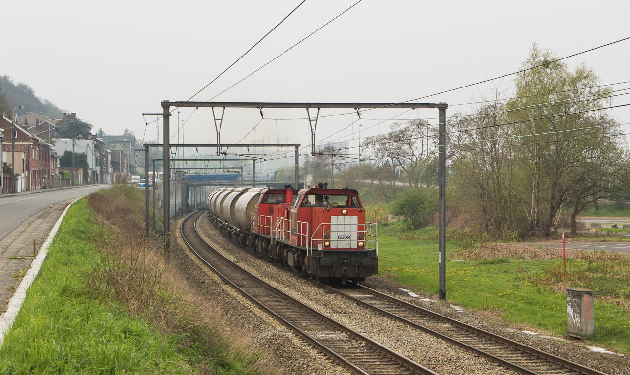 6509+6506 drag the limestone loads 47616 (Bressoux - Veendam/NL) downriver through Wandre.